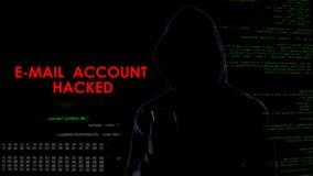 Konto email siekał, kryminalny patrzeć dla tajnej informaci na smartphone zdjęcia royalty free
