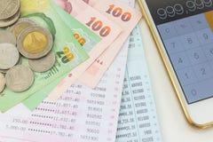 Kontobankbok och thai pengar Arkivbilder