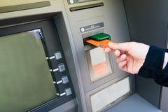 Kontokort in i ATM Royaltyfri Foto
