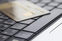 Kontokort på datortangentbordet Arkivfoto