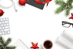 Kontor arbetsskrivbord under sammansättning för jul och för nytt år royaltyfria foton