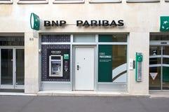 Kontor av den BNP Paribas banken i Paris Arkivfoto