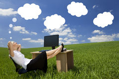 Kontor för affärskvinnaDay Dreaming Green fält Royaltyfri Foto
