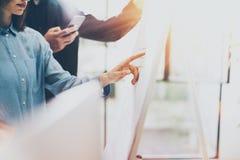 Kontor för affärsmöte, bräde för diagram för fotokvinnavisning Besättning för fotokontochefer som arbetar med nytt startup projek Arkivfoton