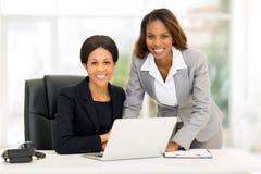 Kontor för afrikansk amerikanaffärskvinnor Arkivbild