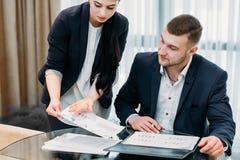 Kontor för coworker för hjälp för assistentsekreterareaffär arkivbilder
