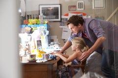 Kontor för faderWith Daughter Running små och medelstora företag hemifrån Royaltyfri Foto
