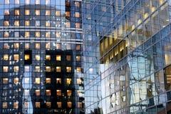 Kontor för fasader för den Paris affären står högt glass i laförsvarområde Royaltyfria Bilder