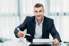 Kontor för rekryterare för meritförteckning för man för affär för jobbintervju royaltyfri foto