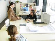 kontor för pratstund 2 Fotografering för Bildbyråer