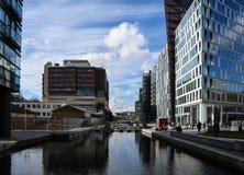 Kontor och kanal royaltyfria foton