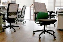 Kontor och kontorsstolar Arkivfoto