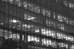 Kontor tände upp på natten royaltyfria bilder