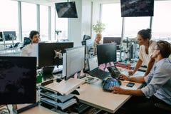 kontoret för affärsaffärsmanaffärskvinnan ett annat folk phone samtal tillsammans av två som fungerar arkivbild