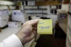 Kontoret med säga för klistermärke för mapphand hållande får organiserat arkivfoto