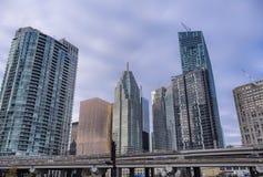 Kontoret står högt i det Toronto affärscentrumet royaltyfria foton