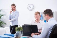 Kontorister som arbetar i korporation Royaltyfria Foton