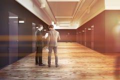 Kontors- eller högskolakorridor med tonade dörrar Arkivbilder