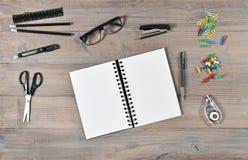 Kontors- och skolatillförsel Öppna bok- och handstilhjälpmedel Royaltyfri Foto