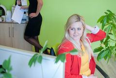 Kontorsaffären vilar arbete som den drömlika kvinnan putsar Royaltyfri Fotografi
