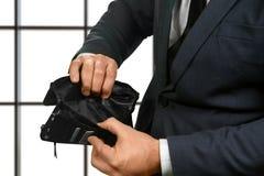 Kontorsanställd som rymmer den tomma plånboken Arkivfoton