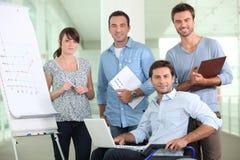 Kontorsarbetare i en rullstol Arkivbild