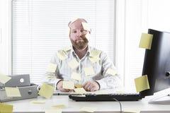 Kontorsarbetare med anmärkningar överallt Royaltyfri Foto
