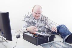 Kontorsarbetare med datorproblem Arkivbild