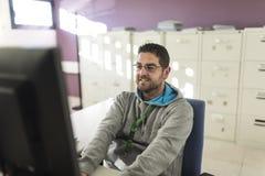 Kontorsarbetare med omgivande ljus på datoren som förbereder mappar royaltyfri fotografi