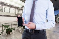 Kontorsarbetare med smartphonen Arkivbilder