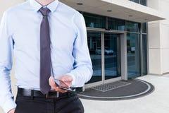 Kontorsarbetare med telefonen Arkivfoto