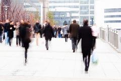 Kontorsarbetare på långt till kontoret Arkivbild