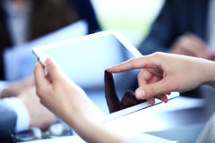 Kontorsarbetare som använder en touchpad för att analysera statistiska data Fotografering för Bildbyråer
