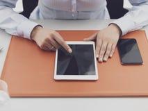 Kontorsarbetare som anv?nder en digitalt minnestavla och f?rbinda fotografering för bildbyråer