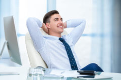 Kontorsarbetare som dagdrömmer på skrivbordet Arkivbilder