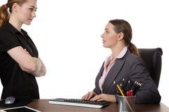 Kontorsarbetare som diskuterar i kontoret Arkivfoton