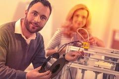 Kontorsarbetare som får viktig erfarenhet som tillsammans sätter en skrivare 3D royaltyfri bild