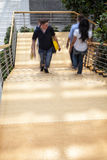 Kontorsarbetare som går upp trappa, rörelsesuddighet Arkivfoto