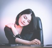 Kontorsarbetare som har skada på skuldra från hälsoproblem för kontorsarbete arkivbilder