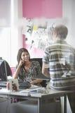 Kontorsarbetare som i regeringsställning talar Arkivfoto