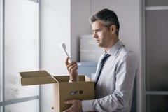 Kontorsarbetare som mottar en överraskningappell i en ask Arkivfoton