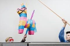Kontorsarbetare som spelar med en ata för piï¿ ½ Arkivfoto