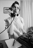 Kontorsarbetare som talar på telefonen Royaltyfria Bilder