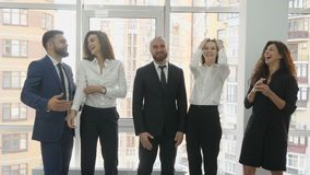 Kontorsarbetare, två unga män och tre unga kvinnor skrattar, en minut av vilar, ett lunchavbrott stock video