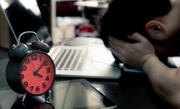 Kontorsarbetaren belastar ut på stopptid Arkivbilder