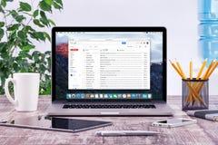Kontorsarbetsplats med Apple Macbook med den Google Gmail webbsidan Arkivbild
