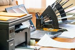 Kontorsarbetsplats med bärbara datorn Arkivbilder