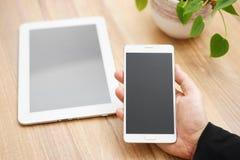 Kontorsarbetsplats med den digitala minnestavladatoren och den smarta mobilen Arkivfoto