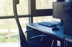 Kontorsarbetsplats med skrivbordet Arkivfoto