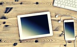 Kontorsarbetsplats med tangentbordet, minnestavlaPC, telefon Tappning Instag Royaltyfria Bilder
